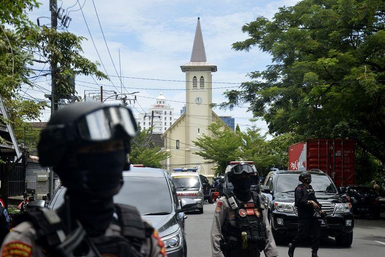 Petugas kepolisian berjaga di lokasi dugaan bom bunuh diri di depan Gereja Katolik Katedral, Makassar, Sulawesi Selatan, Minggu (28/3/2021). ANTARA FOTO/Abriawan Abhe/foc.