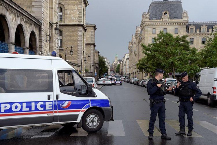 Polisi Perancis menjaga daerah di sekitar katedral Notre-Dame, Paris usai sebuah percobaan serangan terhadap aparat penegak hukum, Selasa (6/6/2017).