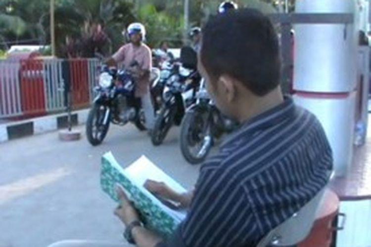 Seorang petugas SPBU Campalagian, Polewali Mandar, Sulawesi Barat, mencatat nomor setiap kendaraan yang membeli BBM di tempat itu.