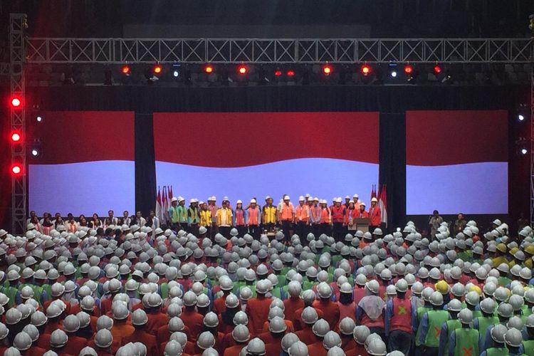 Tak kurang dari 6.000 tenaga kerja konstruksi terampil dan ahli menerima sertifikat keahlian dari Presiden Joko Widodo di Istora Senayan, Selasa (12/3/2019).
