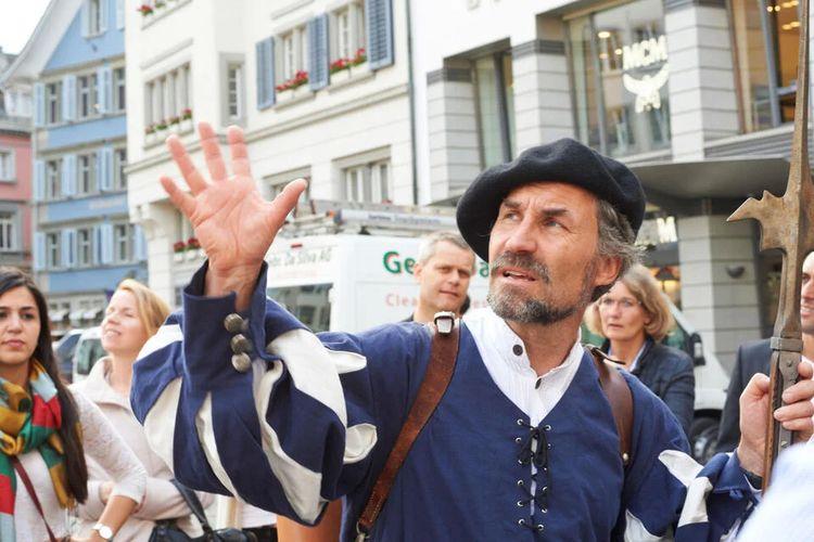 Seorang pemandu tur berpura-pura menjadi landsknecht saat memandu tur kuliner di Zurich, Swiss.