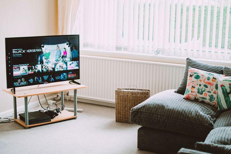 Ilustrasi Smart TV di rumah.