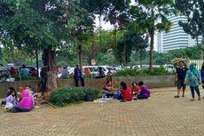 Kawasan Monas Tutup, Wisatawan Terpaksa Lesehan di Lenggang Jakarta