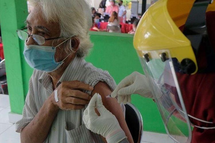 Vaksinasi adalah cara paling ampuh menurunkan angka kematian akibat Covid-19 di kalangan lansia, menurut Kementerian Kesehatan.