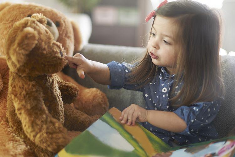 Ilustrasi anak bermain sendiri di rumah, social distancing