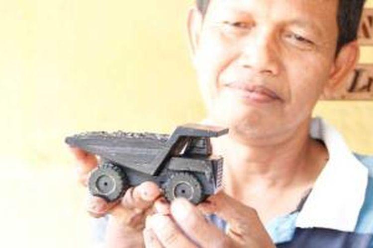 Barang kerajinan dari batu bara buatan Esmanto dari Sawahlunto, Sumatera Barat.