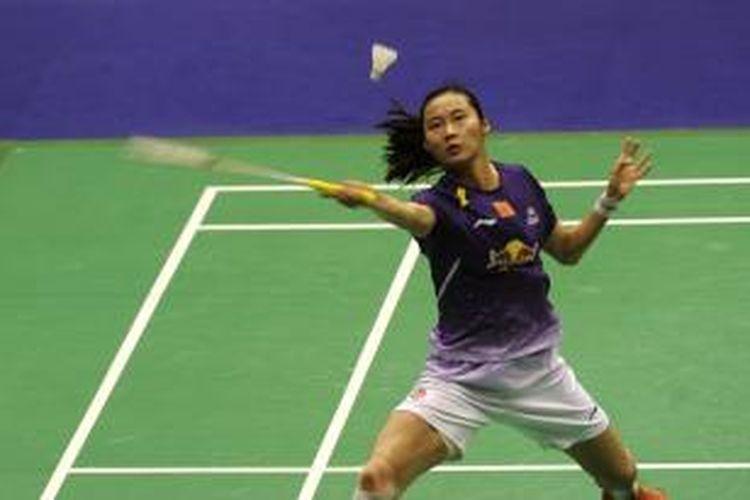 Pebulu tangkis China, Wang Yihan mengembalikan kok ke arah pemain China lainnya, Wang Shixian, pada final Hongkong Open Superseries 2013, di Hongkong, Minggu (24/11/2013). Wang Yihan menang 21-13, 16-21, 21-15.