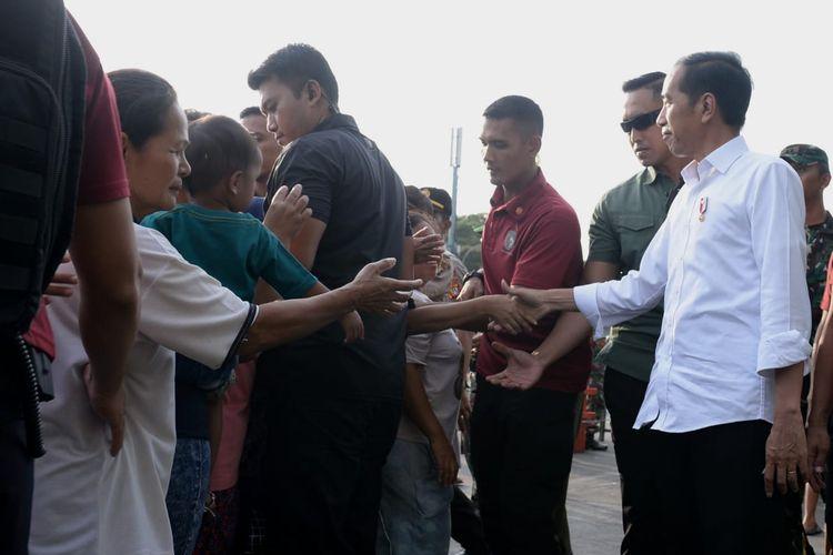 Presiden Joko Widodo, Selasa (4/6/2019) sore, membagikan paket sembilan bahan pokok (sembako) bagi masyarakat di Kelurahan Jembatan Besi, Kecamatan Tambora, Jakarta Barat.