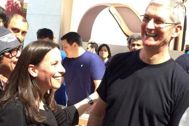 Tim Cook muncul di Apple Store di Palo Alto saat Watch dipamerkan untuk pertama kalinya ke publik