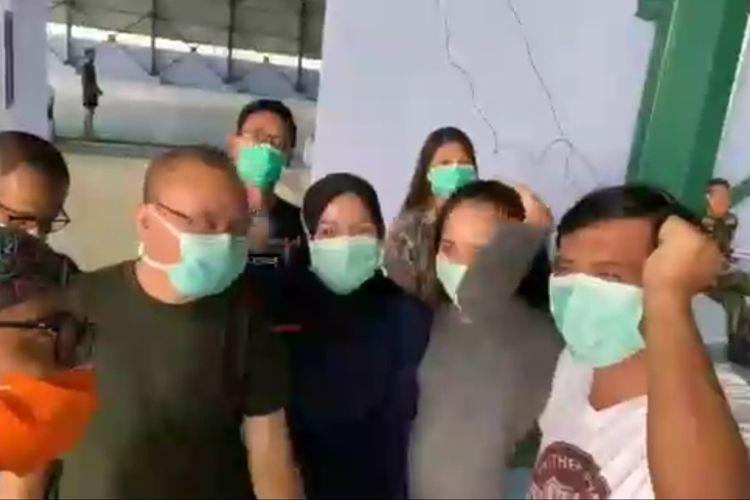 Tidak saja 238 WNI dari Wuhan yang sudah tidak sabar untuk berkumpul dengan keluarga mereka, 18 kru batik air juga mengaku tidak sabar lagi berkumpul dengan keluarga yang sudah ditinggal selama dua minggu.