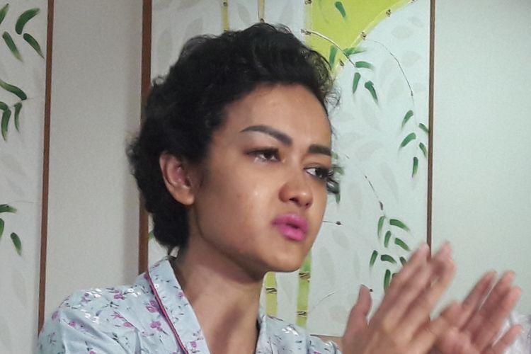 Julia Perez diabadikan ketika diwawancara di Rumah Sakit Dr Cipto Mangunkusumo, Jakarta Pusat, Rabu (15/2/2017).
