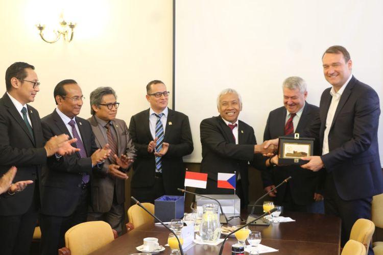 Selain membicarakan masalah kelistrikan, delegasi kedua negara juga membicarakan masalah kedirgantaraan, peningkatan rute penerbangan dari Jakarta ke Praha, serta ratifikasi kerjasama di bidang kebudayaan kedua negara.
