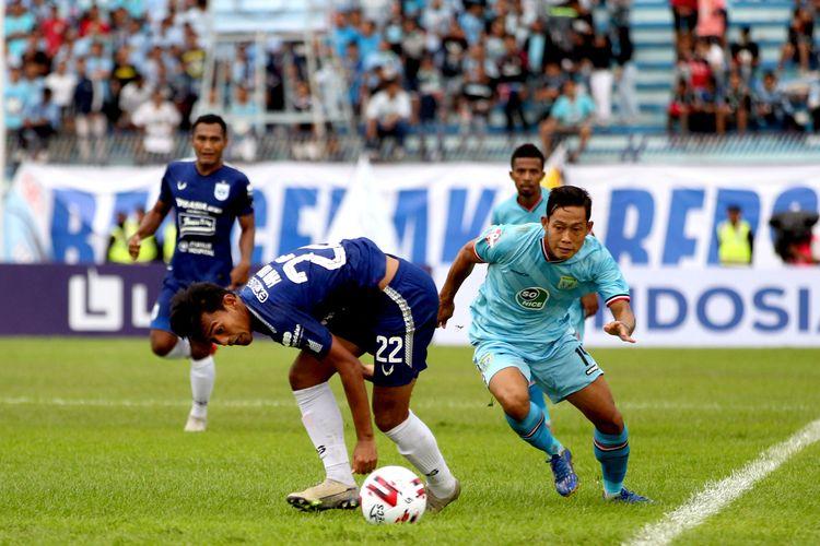 Pemain Persela Lamongan Ahmad Birrul Walidain dan pemain PSIS Semarang Hari Nur Yulianto mengejar bola pada pekan kedua Liga 1 2020 yang berakhir dengan skor 2-3 di Stadion Surajaya Lamongan, Jawa Timur, Sabtu (07/03/2020) sore.