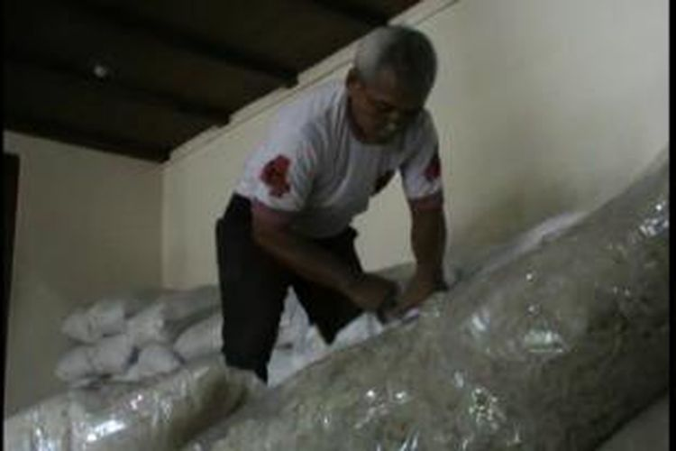 Petugas temukan beras miskin berjamur di Kelurahan Kadipiro, Solo, Sabtu, (16/11/2013).
