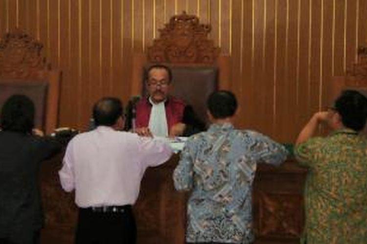 Kuasa hukum Budi Gunawan dan KPK tengah menyerahkan bukti kepada hakim praperadilan dalam sidang lanjutan di PN Jakarta Selatan, Selasa (10/2/2015).
