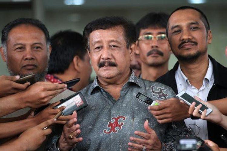 Mantan Jaksa Agung Basrief Arief (tengah) diantar oleh Ketua KPK Abraham Samad (kanan) dan Wakil Ketua Bambang Widjojanto usai menyambangi KPK di Kuningan, Jakarta, Senin (17/11/2014). Basrief Arief menyerahkan laporan harta kekayaan penyelenggara negara (LHKPN) kepada KPK sebagai kewajibannya setelah merampungkan masa jabatan sebagai jaksa agung.