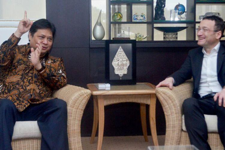 Menteri Perindustrian Airlangga Hartarto bertemu dengan perwakilan Apple di Jakarta, Kamis (30/3/2017)