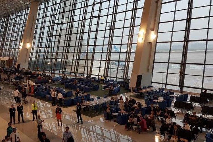 Suasana di area tunggu penumpang sebelum boarding gate Terminal 3 New Bandara Soekarno-Hatta, Tangerang, Selasa (9/8/2016). Terminal 3 New resmi beroperasi per hari ini dengan melayani penumpang penerbangan domestik Garuda Indonesia.
