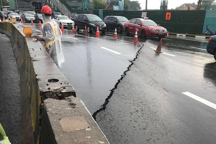 Jalanan patah di Adam Road, Singapura, Jumat (1/6/2018).
