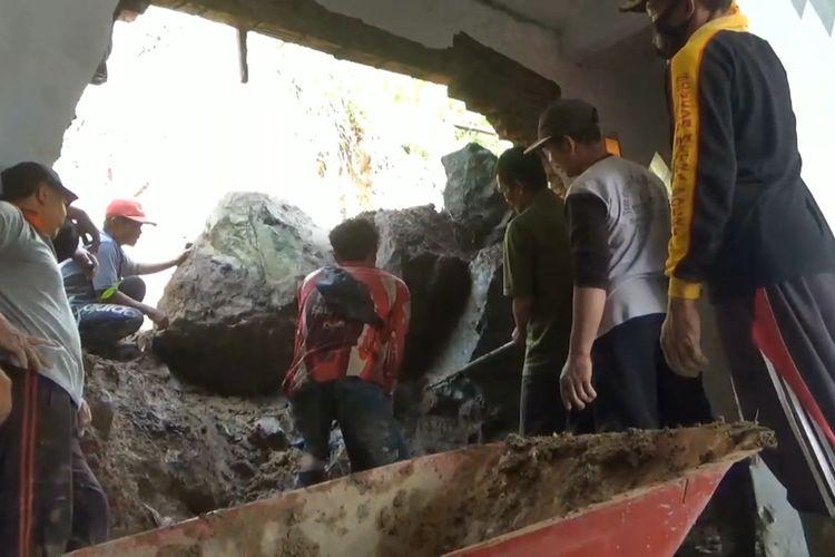 Salah satu rumah warga di desa Pgerwojo kecamatan Pagerwojo Tulungagung Jawa Timur jebol, akibat tertimpa batu besar yang longsor, Minggu (07/03/2021).