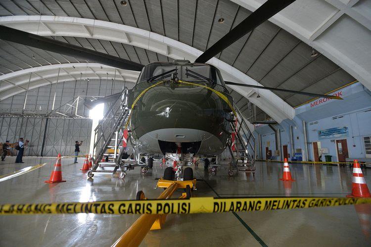 Helikopter Agusta Westland (AW) 101 terparkir dengan dipasangi garis polisi di Hanggar Skadron Teknik 021 Pangkalan Udara Halim Perdanakusuma, Jakarta Timur, Kamis (9/2/2017).