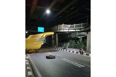 Bak Truk Tambang Tersangkut JPO dan Jatuh di Jatinegara