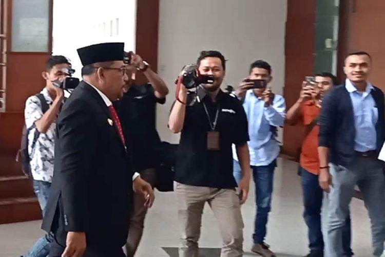 Gubernur Maluku, Murad Ismail memasuki Kantor Gubernur usai mengikuti acara wisuda di Universitasi Pattimura Ambon, Kamis (5/9/2019)