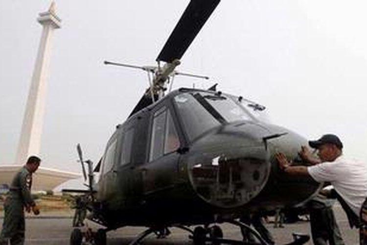 Ilustrasi: Anggota TNI Angkatan Darat menyiapkan helikopter Bell 205 di kawasan Monumen Nasional, Jakarta, Rabu (3/10/2012). Persiapan ini dalam rangka pameran alutsista menyambut HUT TNI ke-67 yang berlangsung 6-8 Oktober 2012. KOMPAS IMAGES/KRISTIANTO PURNOMO