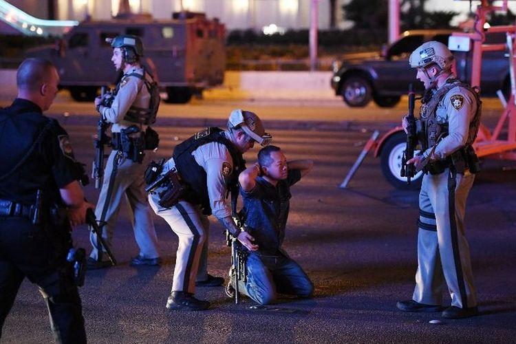 Polisi menghentikan seorang pengendara di Tropicana Ave. dekat Las Vegas Boulevard dan Tropicana Ave, pasca-penembakan massal di sebuah festival musik country di Las Vegas, Nevada, Minggu 91/10/2017). Pria itu akhirnya dilepaskan.
