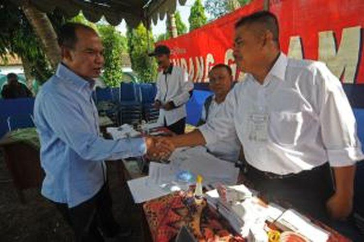 Cawagub Jawa Timur, Said Abdullah menyisir beberapa TPS di sekitar rumahnya di Sumenep. Said prediski pasangan KarSa raih 15 persen suara di Sumenep.