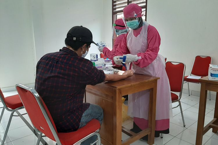 Petugas dari Dinas Kesehatan Sleman saat melakukan rapid test untuk relawan yang bertugas di Barak Glagaharjo, Cangkringan, Sleman