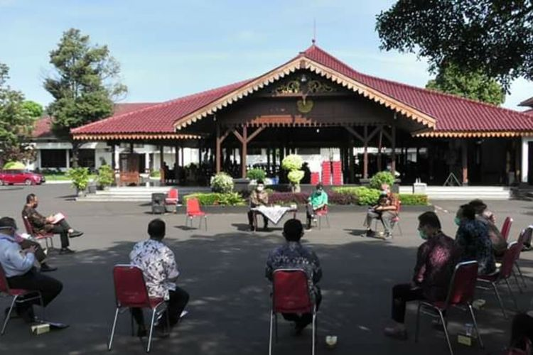 Rapat di pelataran Pendapa Sipanji Purwokerto, Kabupaten Banyumas, Jawa Tengah, Rabu (10/6/2020).