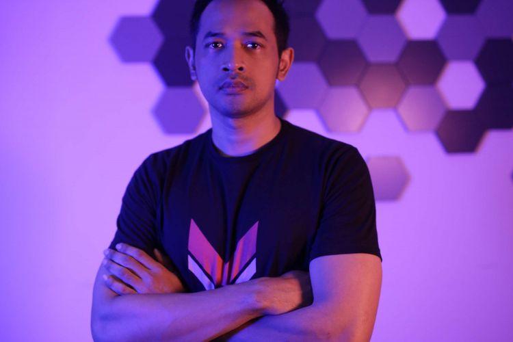 Artis peran Oka Antara berpose di sela-sela media visit promo film Foxtrot Six di Menara Kompas, Palmerah, Jakarta, Senin (04/02/2019). Film action arahan sutradara  Randy Korompis ini akan tayang pada 21 Februari 2019 mendatang.