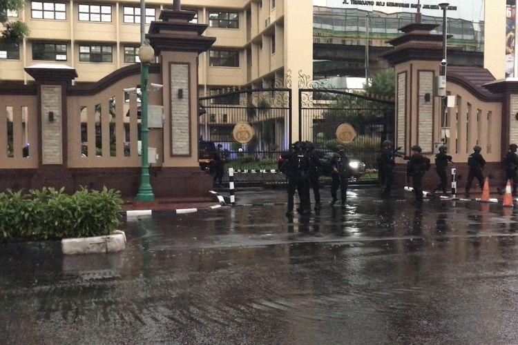Anggota kepolisian bersenjata lengkap menyisir kawasan Mabes Polri di Jalan Trunojoyo, Kebayoran Baru, Jakarta Selatan pada Rabu (31/3/2021) sore.