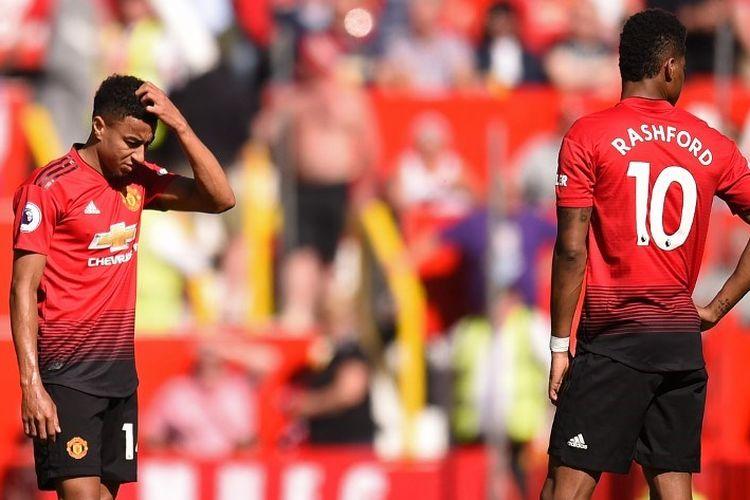 Jesse Lingard dan Marcus Rashford berniat melakukan kick-off seusai timnya tertinggal pada laga Manchester United vs Cardiff City di Stadion Old Trafford, 12 Mei 2019.