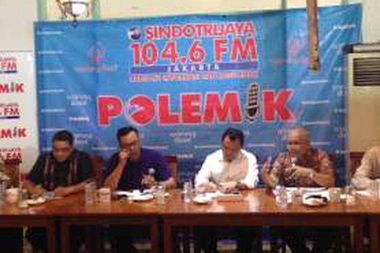 (Dari kiri ke kanan) Ketua Komisi IX DPR Dede Yusuf, host Hardy Hermawan, Dirjen Imigrasi Kemenkumham Ronny F Sompie, dan Plt Dirjen Binwasnaker Kemenakertrans Maruli Hasoloan dalam sebuah diskusi bertajuk 'Di Balik Serbuan Warga Asing' di Jakarta, Sabtu (24/12/2016).
