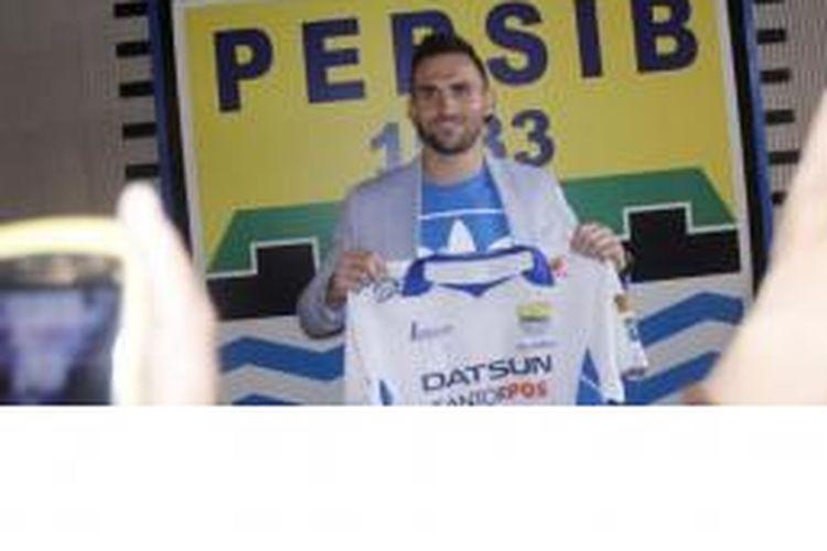 Ilija Spasojevic usai menandatangani kontrak bersama Persib Bandung, Selasa (24/3/2015).