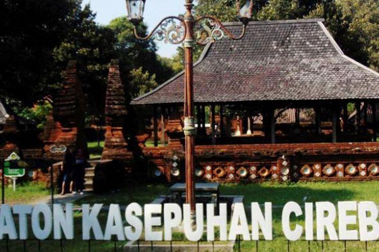 Pengunjung berfoto di gerbang Keraton Kasepuhan Cirebon, di Kota Cirebon, Jawa Barat, beberapa waktu lalu. Saat akhir pekan atau masa liburan sekolah, Keraton Kasepuhan dikunjungi banyak wisatawan.