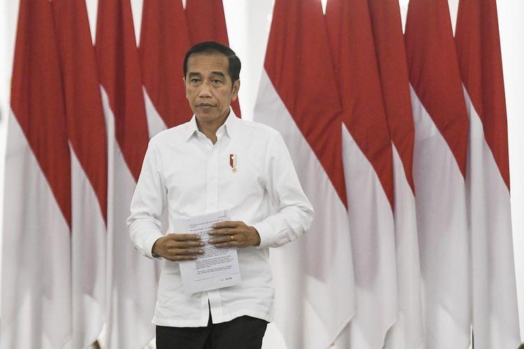 Presiden Joko Widodo bersiap memberikan keterangan pers terkait COVID-19 di Istana Bogor, Jawa Barat, Senin (16/3/2020). Presiden Joko Widodo meminta kepada kepala pemerintah daerah untuk berkomunikasi kepada pemerintah pusat seperti Satgas  COVID-19 dan Kementerian dalam membuat kebijakan besar terkait penanganan COVID-19, dan ditegaskan kebijakan lockdown tidak boleh dilakukan  pemerintah daerah. ANTARA FOTO/Hafidz Mubarak A/ama.