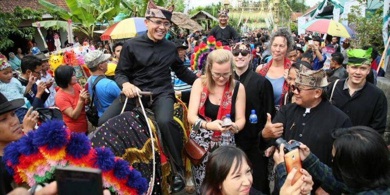 Bupati Banyuwangi Abdullah Azwar Anas mengikuti upacara Barong Ider Bumi yang digelar masyarakat Desa Kemiren Banyuwangi, Jawa Timur, Senin (26/6/2017). Upacara adat Suku Osing itu dipercaya mampu menolak segala bentuk bencana.