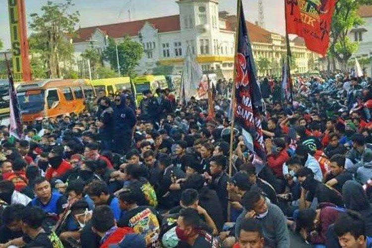 Massa dari perguruan pencak silat Pagar Nusa demo di depan Mapolrestabes Surabaya sambil menyuarakan aksi tuntutan, Selasa (7/4/2020).