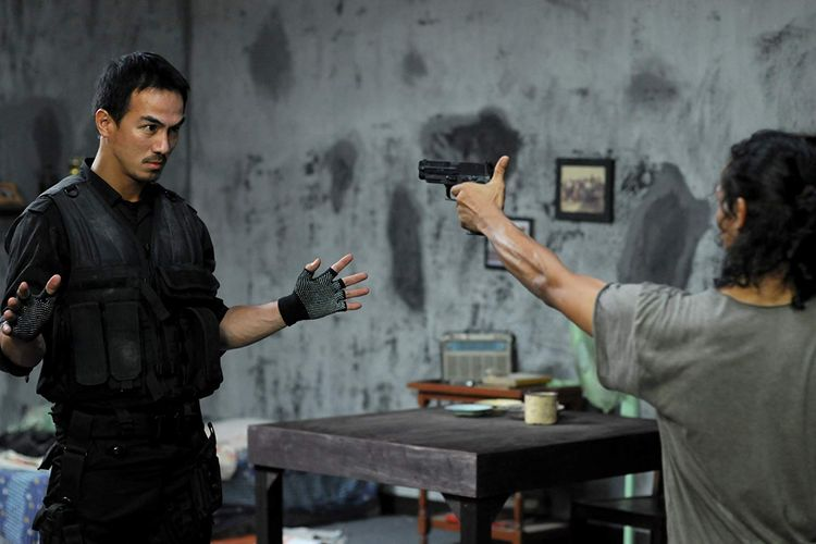 Aksi Joe Taslim (kiri) dalam The Raid (2011)