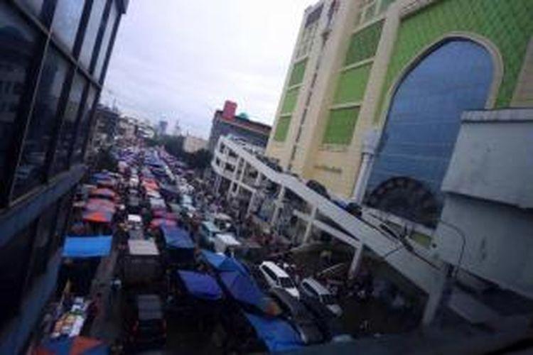 Meskipun telah dilakukan upaya penertiban terhadap pedagang kaki lima beberapa waktu lalu, kondisi kawasan Pasar Tanah Abang, Jakarta Pusat, kembali semrawut terutama memasuki Ramadhan. Para pedagang kembali berjualan di jalan, Kamis (4/7/2013).