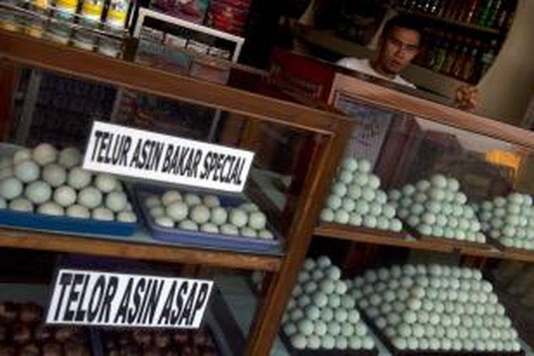 Pedagang berjualan telur asin di Jalan Diponogoro, Brebes, Jawa Tengah, Senin (29/7/2013). BI mengupayakan akan pelaku usaha kecil dan mikro bisa mendapatkan layanan perbankan.