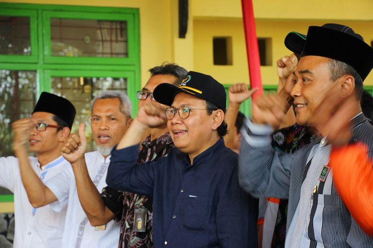 Anggota Komisi 4 DPR-RI, Taufiq R Abdullah memberikan bantuan alat dan mesin pertanian (alsintan) kepada gabungan kelompok tani (gaopoktan) di UPT Pembenihan Dinas Pertanian Kabupaten Purbalingga, Jawa Tengah, Jumat (5/10/2018).