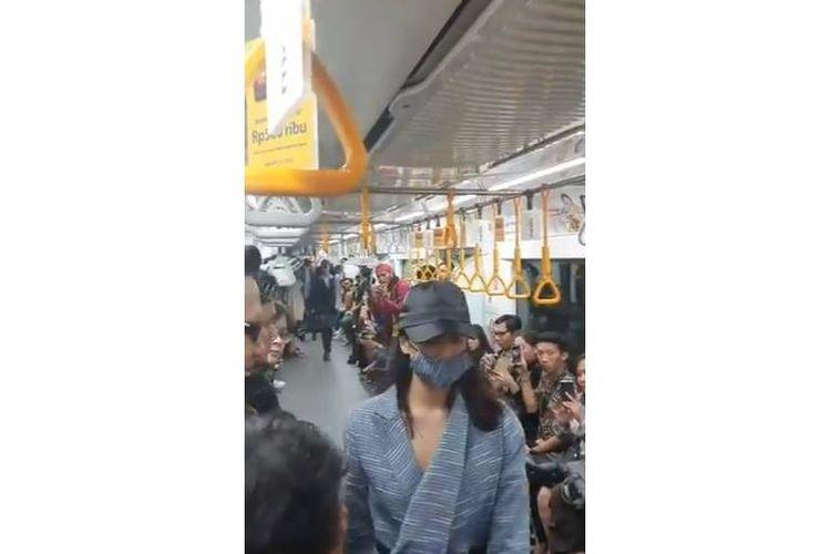 Sebuah video menampilkan adanya fashion show di dalam gerbong MRT.