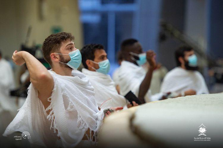 Para jemaah haji 2020 tengah melakukan lempar jumrah di Mina dengan tetap menjalankan prosedur Covid-19