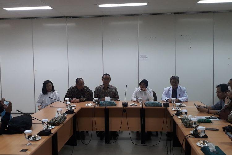 Wali Kota Surabaya Tri Rismaharini saat menggelar jumpa pers bersama Rektor Unair Mochammad Nasih di Tropical Disease Center Unair, Surabaya, Selasa (3/3/2020).