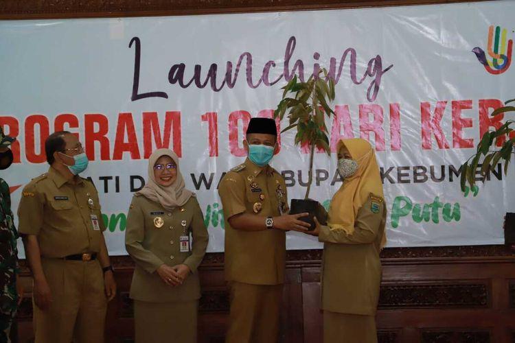 Bupati Kebumen Arif Sugiyanto meluncurkan program Nandur Wit Nggo Anak Putu (menanam pohon untuk anak cucu) di pendapa rumah dinas bupati, Senin (15/3/2021).