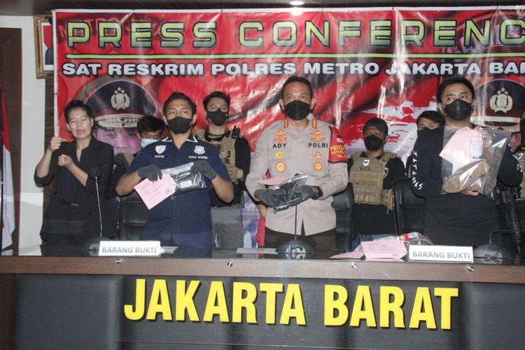 Konferensi pers pengungkapan pencurian barang berharga dari dalam mobil di pom bensin S Parman pada Minggu (7/3/2021)